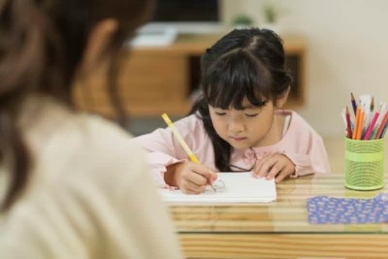 「宿題は先に済ませない」など口うるさく子どもに指示を出すと、子どもは自分で考えることが苦手になってきます