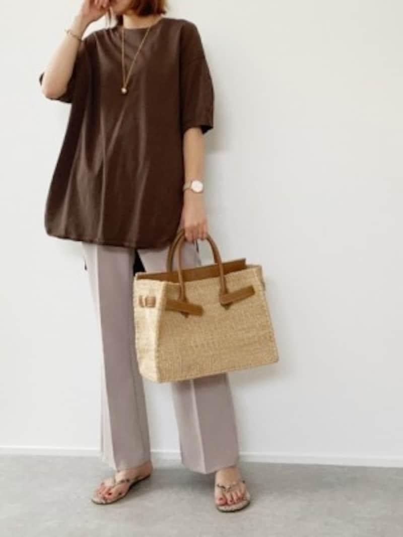 ブラウンのカットソーはより長く着られる5分袖がおすすめ 出典:WEAR