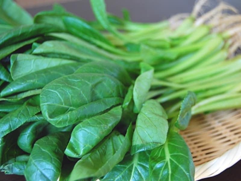 緑色が鮮やかな小松菜の葉。厚みのある葉は柔らかく、煮ても、炒めてもおいしくいただけます