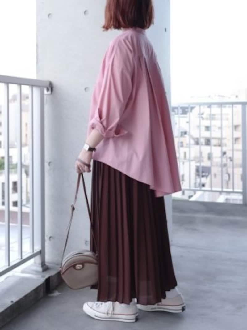 ブラウンのスカートにスモーキーピンクのトップスを合わせたコーデ 出典:WEAR