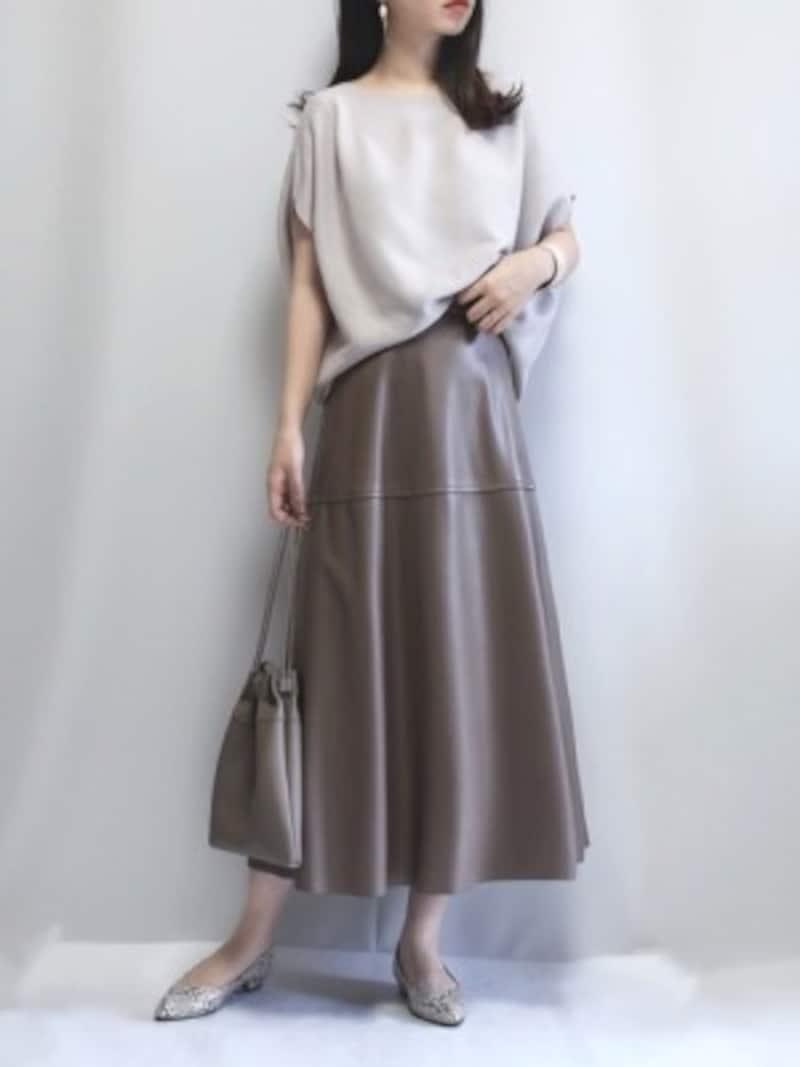 柔らかく女性らしい印象で着られるレザー調スカートも多く出ています 出典:WEAR