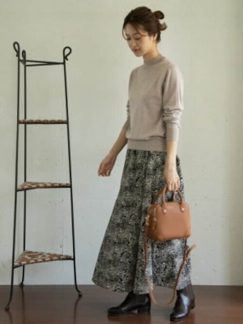 柄スカートを主役にし、あとはベーシックにまとめると洗練された印象に 出典:WEAR