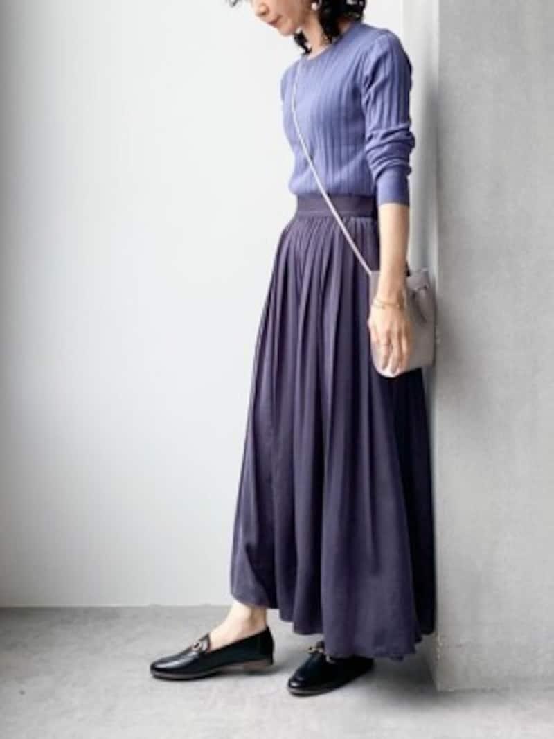 甘めのギャザースカートにはパンプスよりもこなれて見えるフラット靴が◎ 出典:WEAR
