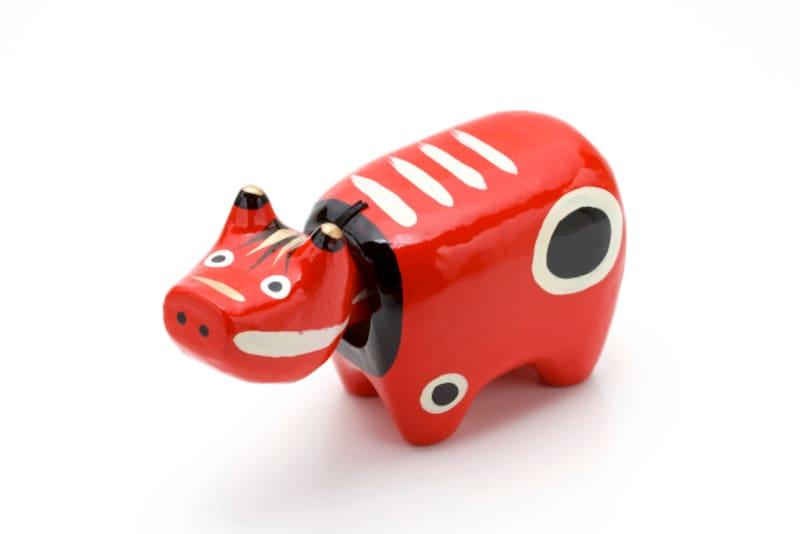 会津の郷土玩具「赤べこ」は魔除けの縁起物。牛の方言「べこ」は、「べー」という牛の鳴き声に「こ」をつけたもので、犬の「わんこ」、猫の「にゃんこ」も同様です