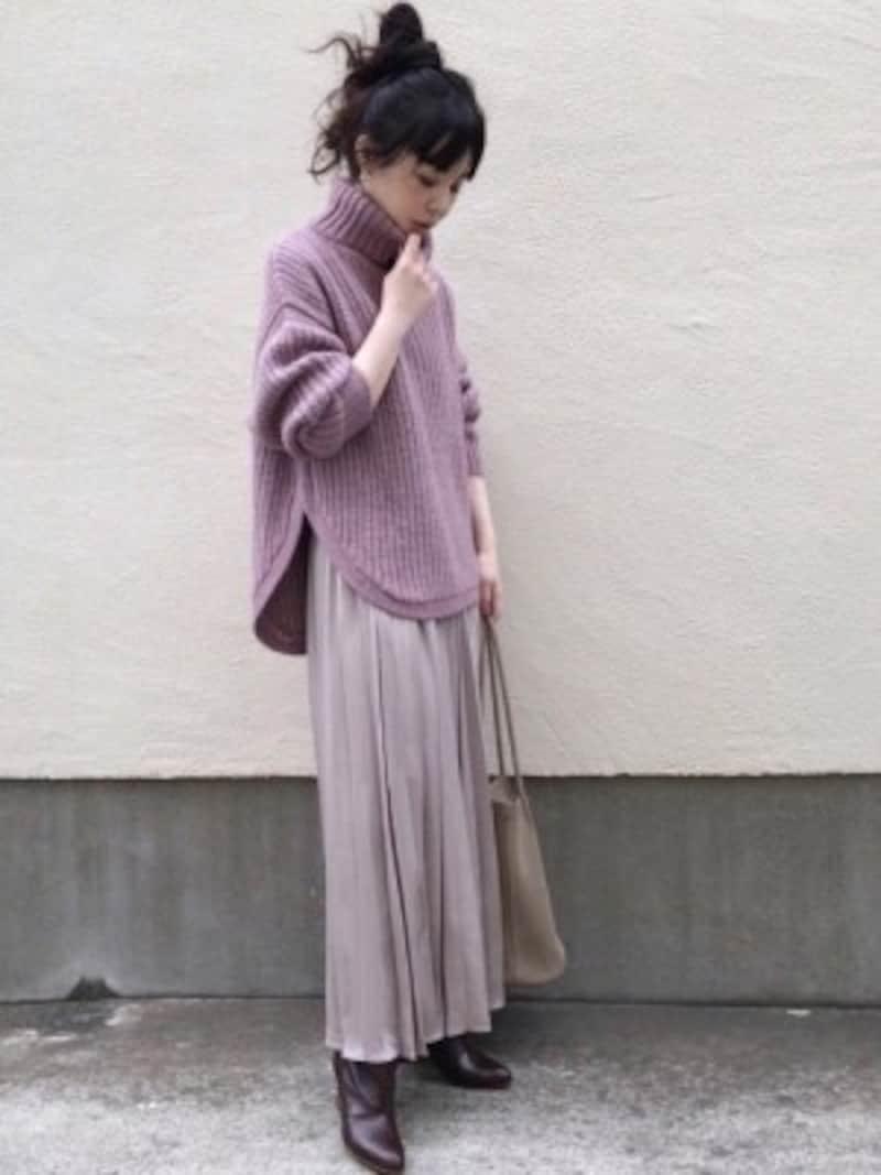 軽やか素材のスカートとレザーロングブーツのミックス感がおしゃれ 出典:WEAR