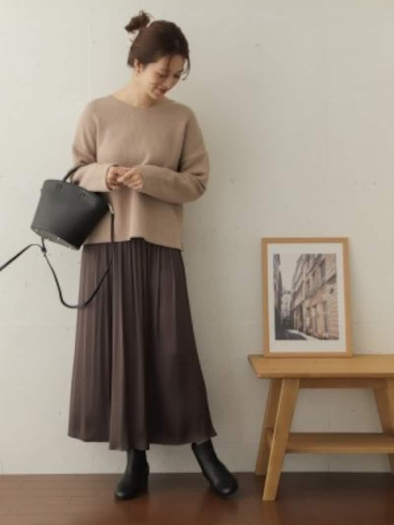 ベージュのニットにグレーのスカートでニュアンスカラーを楽しんで 出典:WEAR