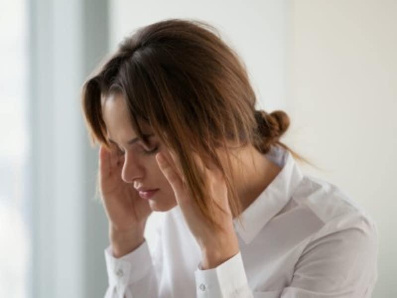 耳の不調に悩む女性