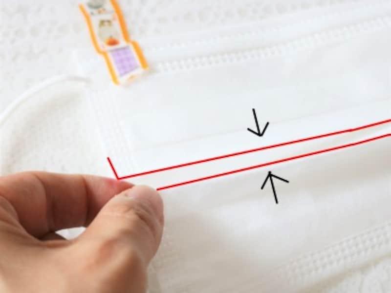 プリーツの3段目を1段目の所まで持ち上げマスクの中央がへこむような形にします。