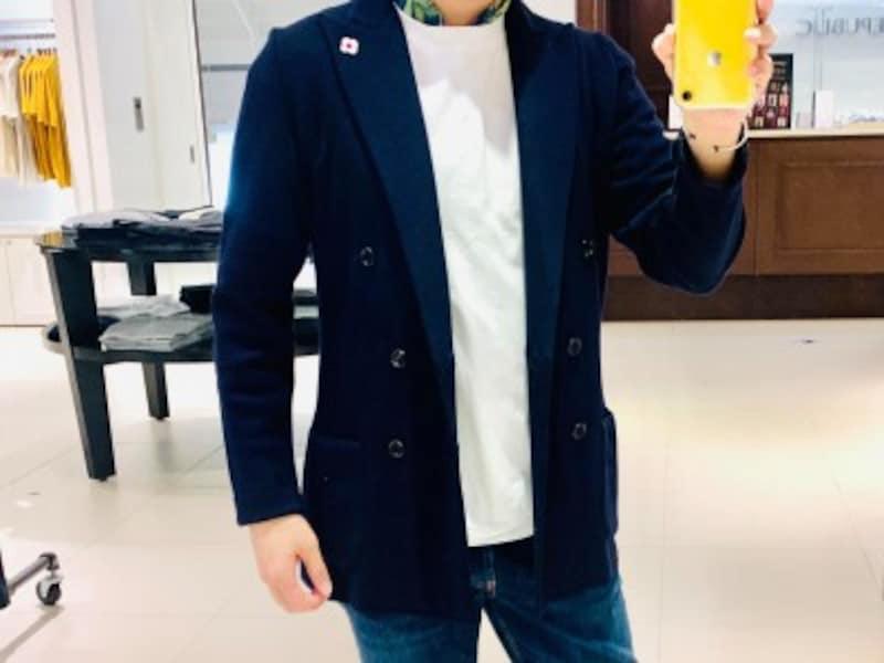 クルーネックのカットソーもシャツも組み合わせられるため、汎用性が高いことが特徴です。