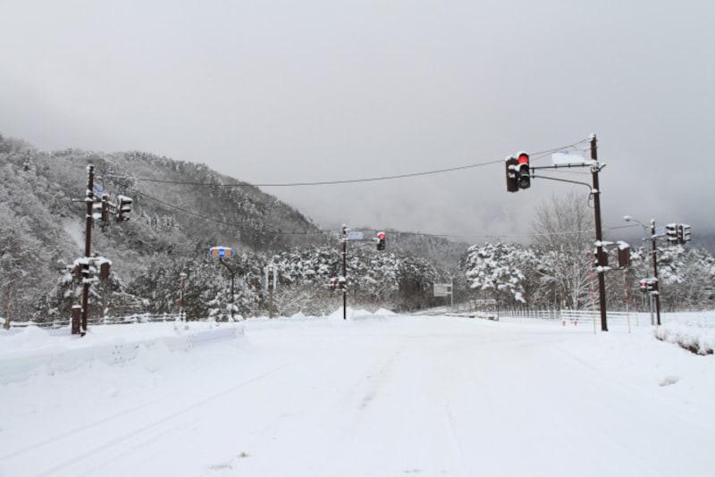雪国ではなるべく雪が積もらぬよう、信号は縦型です