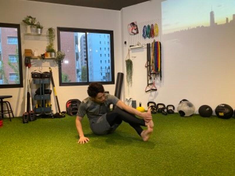 step3.足で掌を押し込み、背中を丸めて肩甲骨周りの筋肉をストレッチします。伸ばしたまま、20秒~30秒キープしましょう。