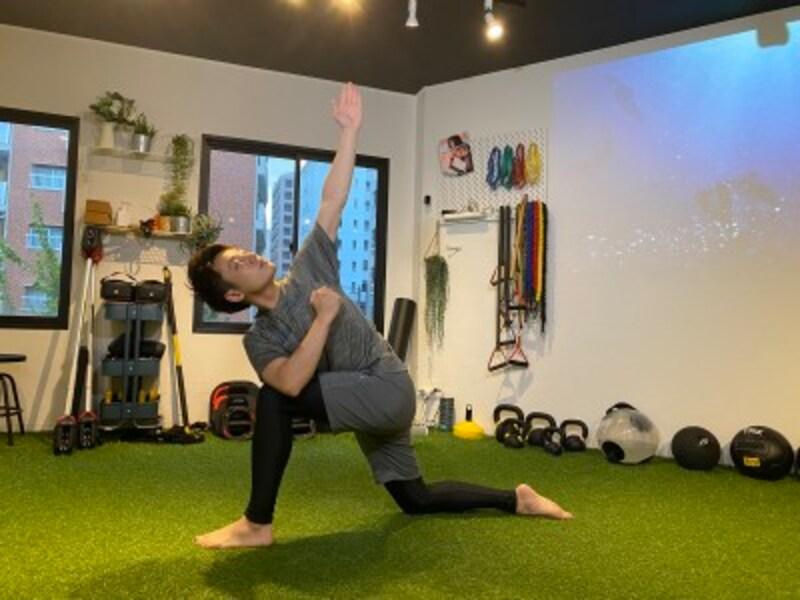 step2.膝に肘をついていない方の手を上に挙げ、外側に広げて胸の筋肉を伸ばしましょう。この姿勢で20秒~30秒キープします。