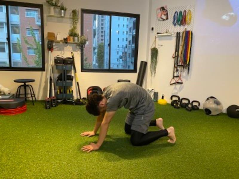 step3.背中と腰を丸めたまま、後ろに重心を移動させます。