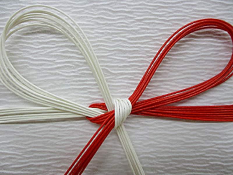 水引結び方種類蝶結び/花結び 用途によっては赤・金色(又は銀色)や金・銀色のものもありますが、一般的にはこの赤白が使われています