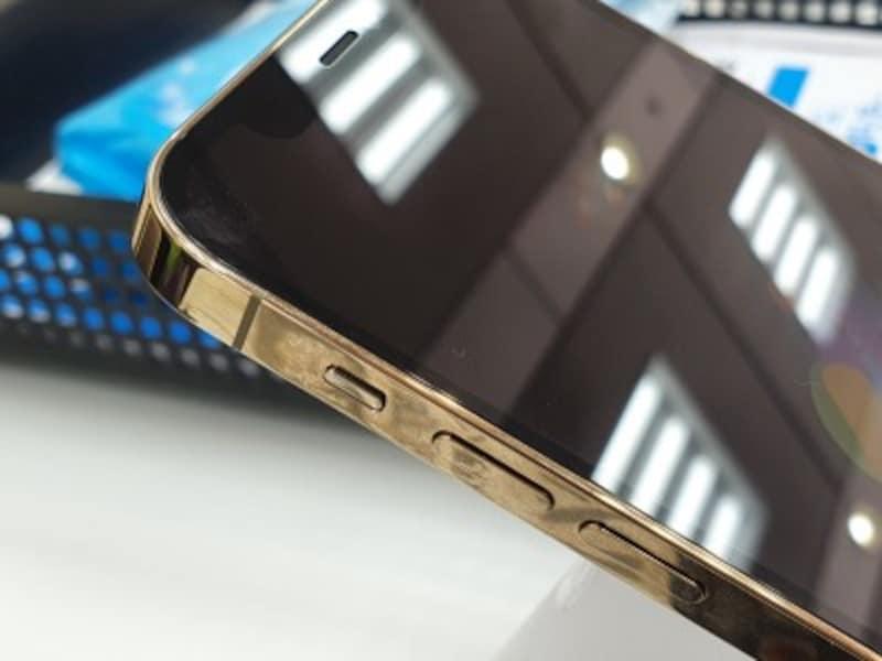 アメリカ版iPhone12の側面にはミリ派アンテナを搭載(写真は国内版iPhone12)