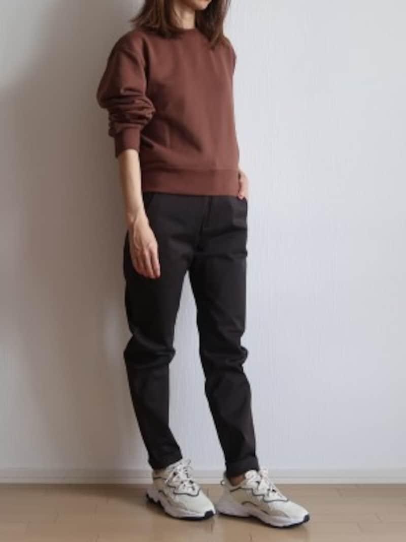 ヒップ&太ももには余裕がありひざ下は絞られているので、履くだけでシルエットが決まります