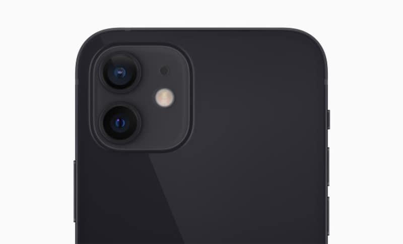 iPhone12と同じく、カメラは2眼。前面カメラにもナイトモードを搭載しています