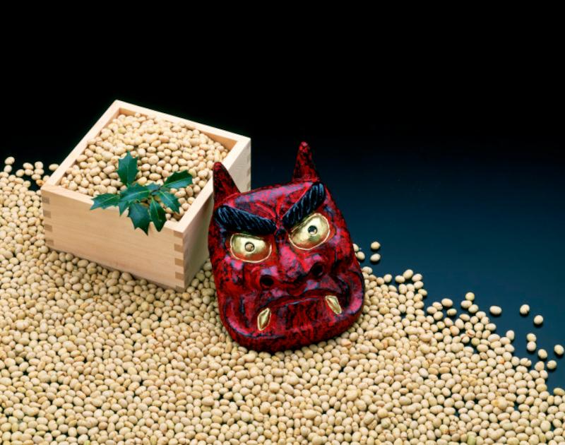 豆は魔滅(まめ)に、大豆を炒ることで「魔目(まめ)を射る」に通じます