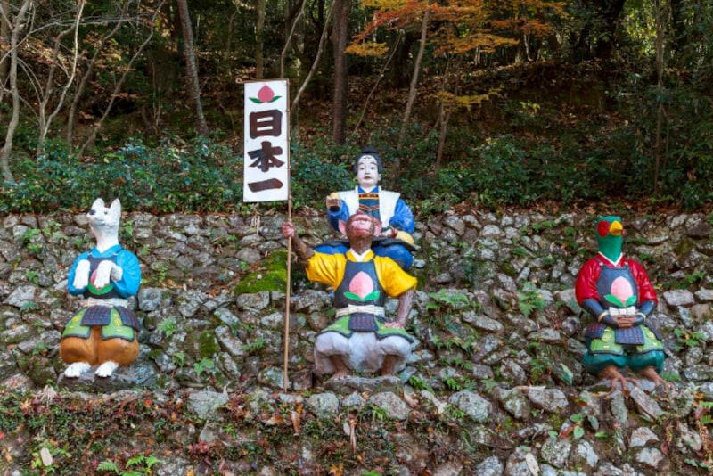 桃太郎が犬・猿・雉を従えて鬼を退治する背景には、文化的な意味があります