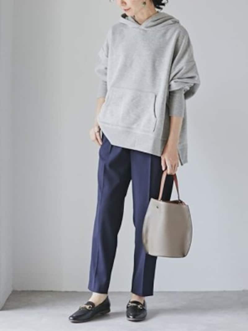 裾の広がり感がプルオーバーらしくおしゃれに着られる 出典:WEAR