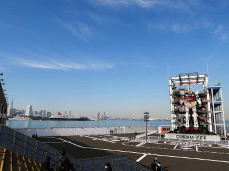 ガンダムラボの階段から見た実物大ガンダム(2020年11月30日撮影)