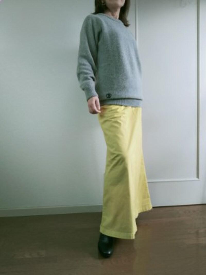 ライトグレーのセーターとイエローのスカートのコーディネート