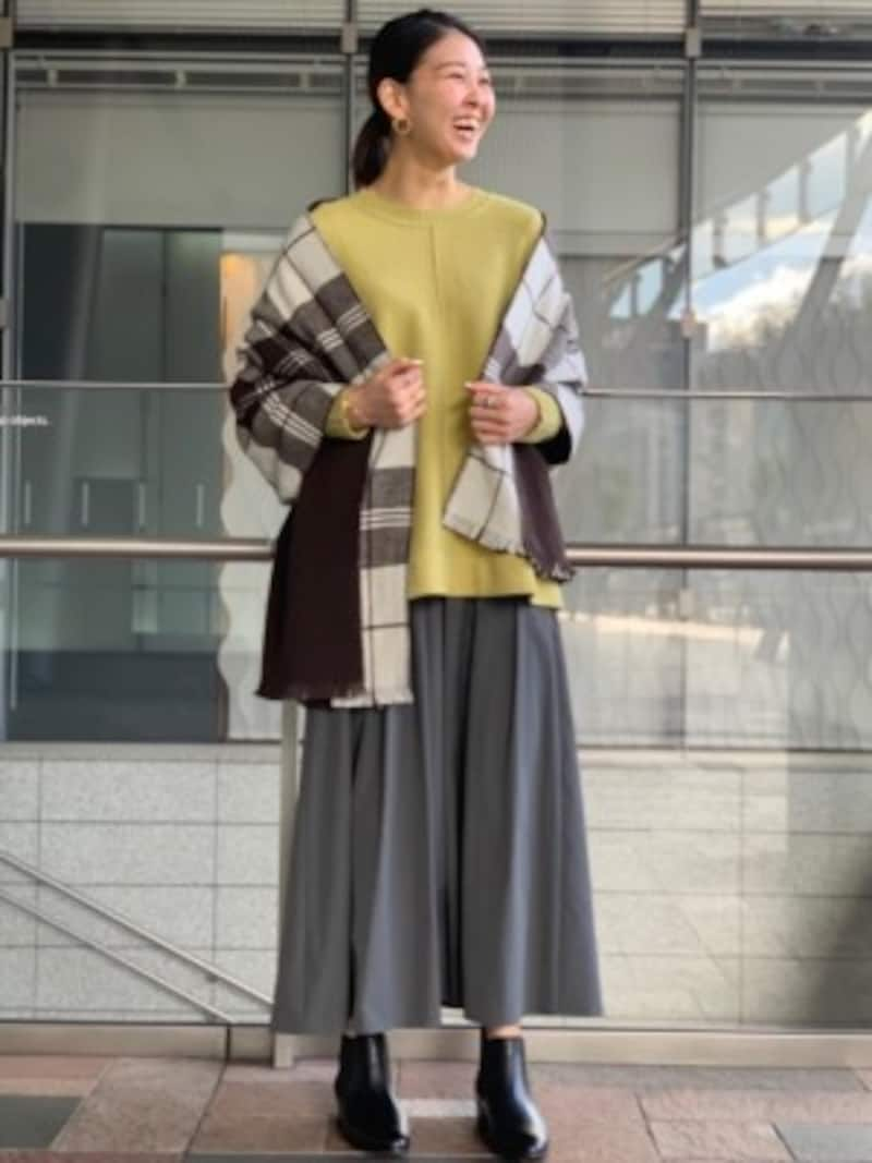 イエローのセーターとグレーのスカートのコーディネート出典:WEAR