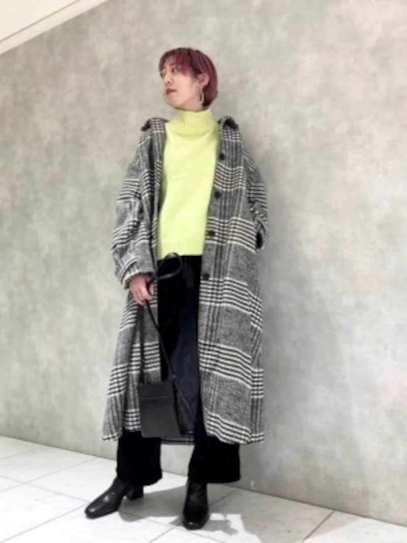 モノトーン柄コートのインにイエローのセーターを合わせたコーディネート出典:WEAR