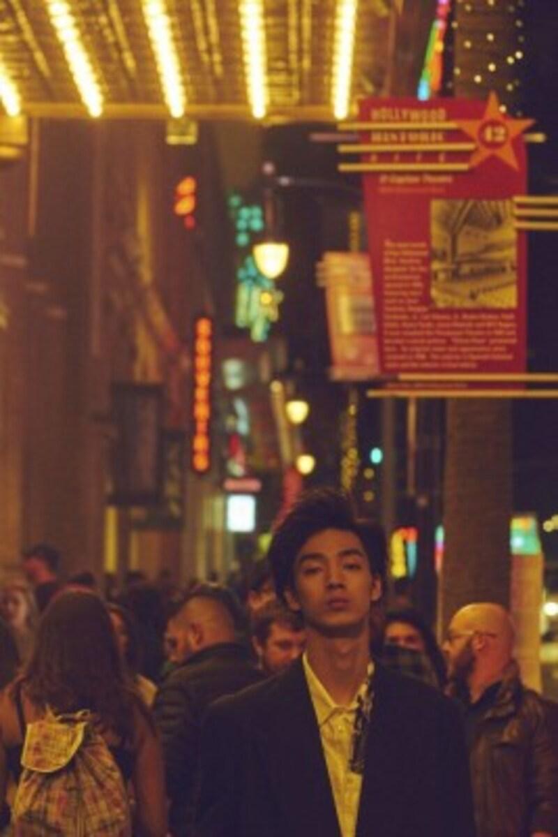 都会の雑踏が似合う。溶け込んでも埋もれない演技が光る。(出典:Amazon)