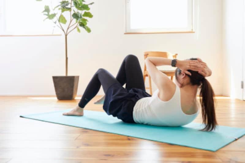 室内で運動する女性