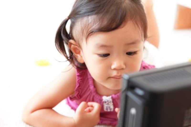 幼い子どもの場合、親は必ず一緒に観て、時々「怖くない?大丈夫?」「悪者が退治されているね」など声をかけるとよいでしょう