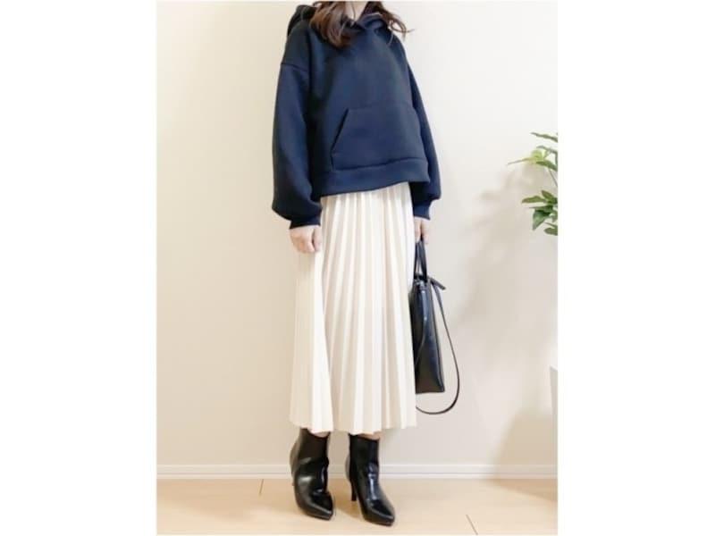 甘いスカートはすっきり配色が大人におすすめ! 出典:WEAR
