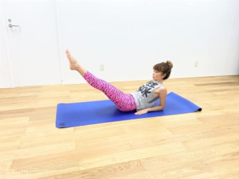 下腹引締めエクササイズ3:両脚を斜め下方向に伸ばして5秒キープ。