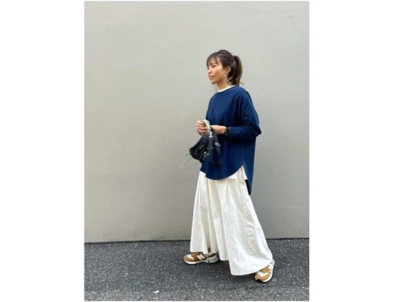 ロングスカートからのぞくハイテクスニーカーの色が効いて可愛い! 出典:WEAR