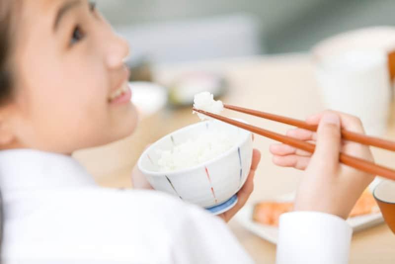 """""""正しい""""とされる箸の持ち方は、合理的で美しく、気持ちよく食事ができるものです"""