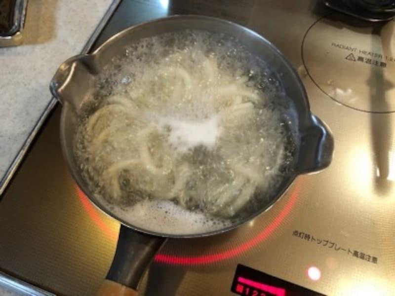 うどんを茹でます。沸騰したお湯で1分30秒