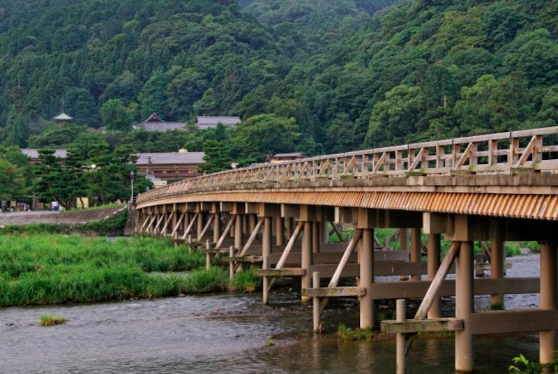 十三詣りで有名な京都の「法輪寺」では、お詣りした後、長い参道を下って渡月橋を渡り終わるまで振り返ってはいけない。途中で振り返ると、授かった知恵が全部戻ってしまうとされている