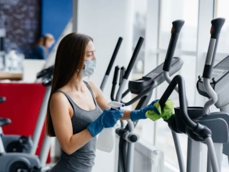 スポーツジムで消毒作業をする女性