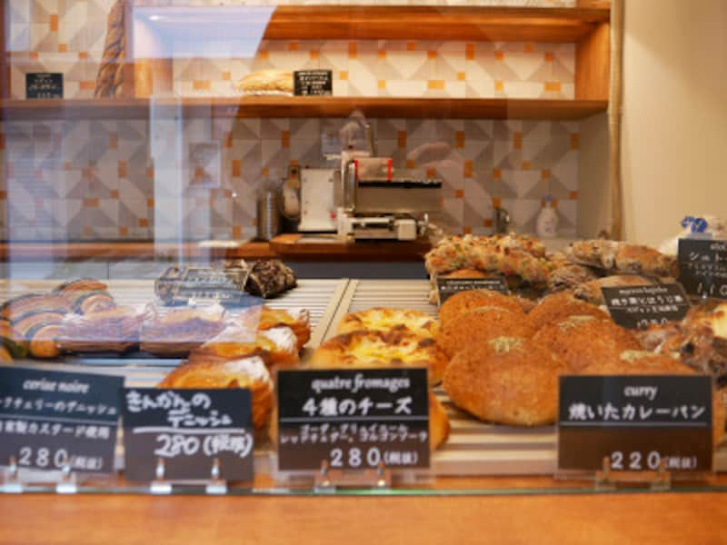 ガラス越しにどのパンにしようか悩みます