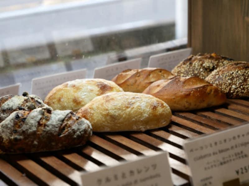 味わい深いハード系パンが並びます