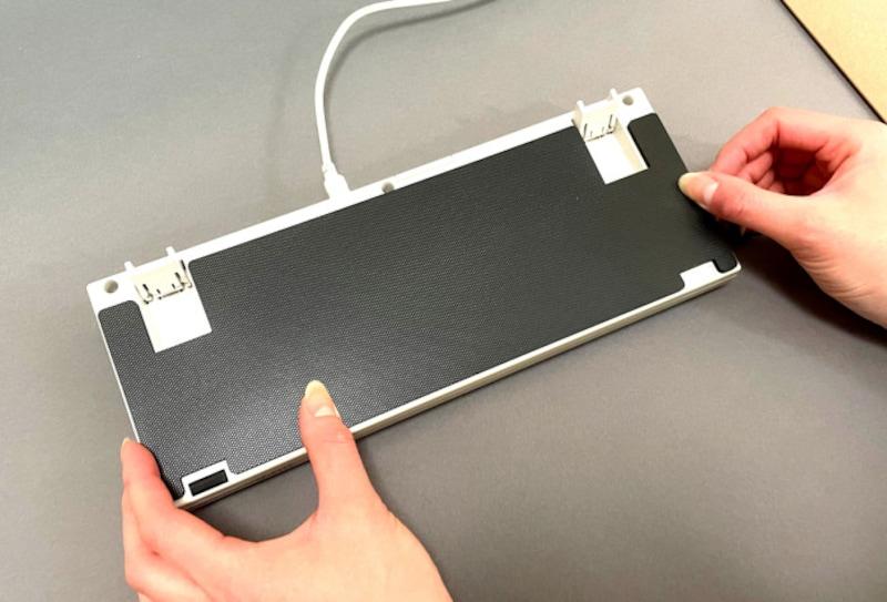 キーボードの裏側に貼り付けて利用します