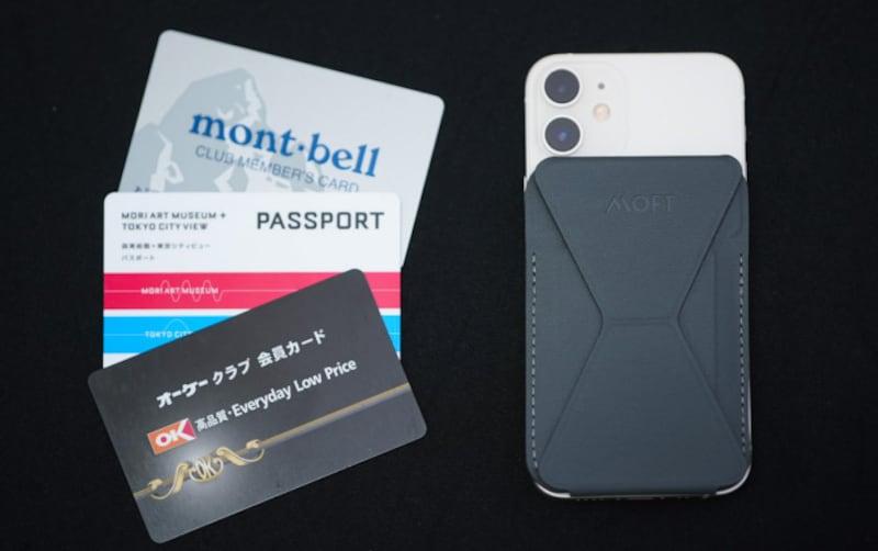 MOFTの「SNAPONPHONESTAND&WALLET」(3000円)。折りたたみのスタンドと、3枚まで入るカードホルダー付きのMagSafeアクセサリ。iPhoneケースと併用したい場合はMagSafe対応ケースか、極薄型ケースがオススメ