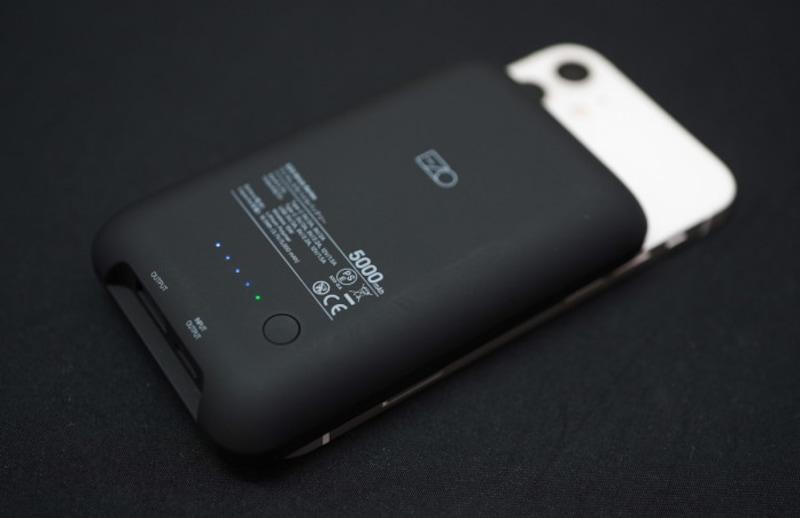 Ezoの「BrickSeries磁気式モバイルバッテリー」(実勢価格3500円)。5000mAhのMagSafe対応モバイルバッテリー。容量はiPhone12miniが1回充電できるていどながら、サイズ的にiPhone12miniには非対応。ただ、カメラユニットが干渉するが充電できないわけではない。他社製ではフリップスタンドを備えるものも。今後充実してゆきそうなカテゴリ