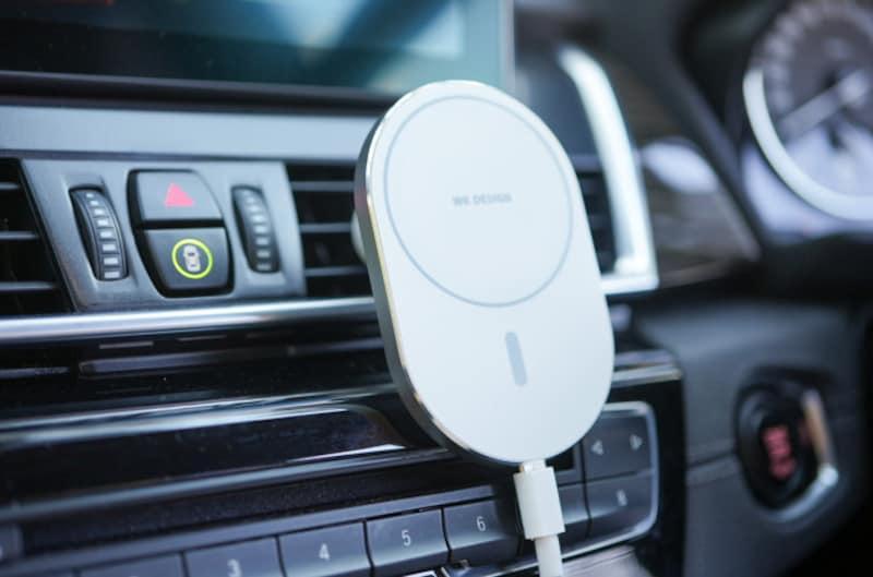 WKDESIGNの「マグネット充電式車載ホルダー(WP-U97-WH)」(実勢価格3500円)。エアコン吹き出し口に固定できるMagSafe対応の車載ホルダー
