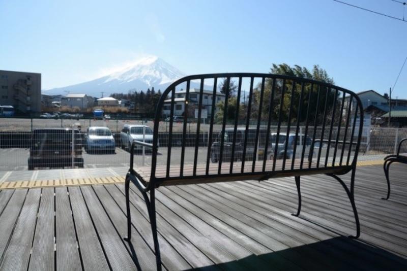 富士急行の富士山駅ホームから眺めた富士山