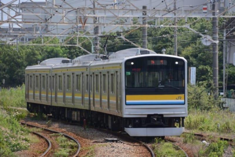 JR鶴見線を走る3両編成の205系電車