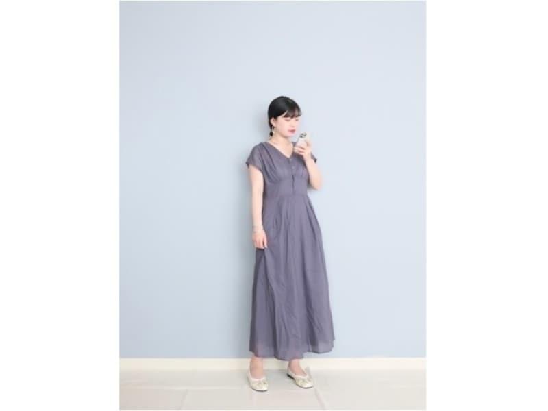 落ち着いたパープル&ロング丈で大人の女性が着やすいワンピース 出典:WEAR