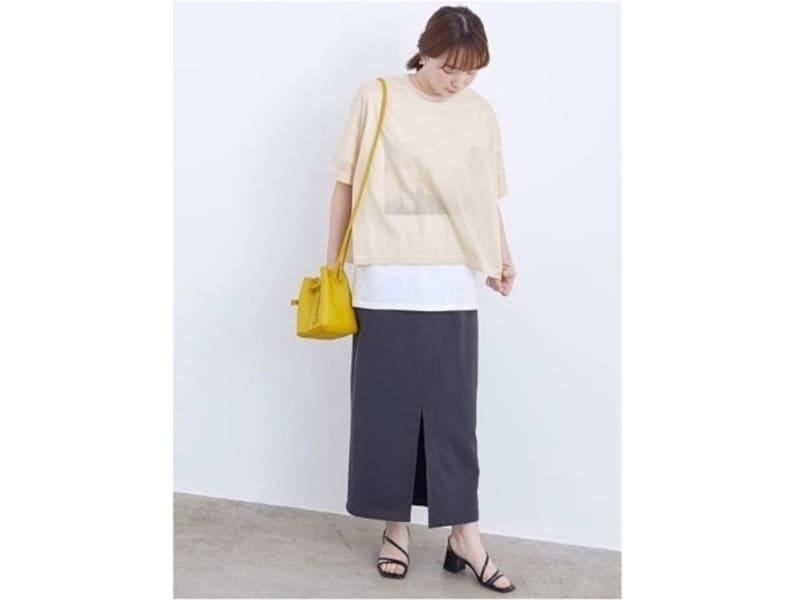 ゆったりしたサイズ感のカジュアルコーデには差し色のミニバッグも一押し 出典:WEAR