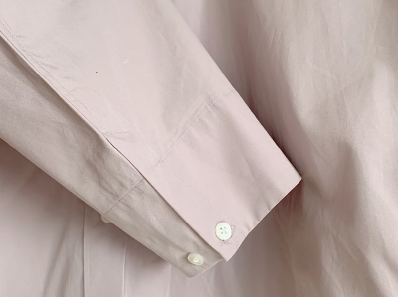 袖口もミニマルなデザインがスタイリッシュな印象です