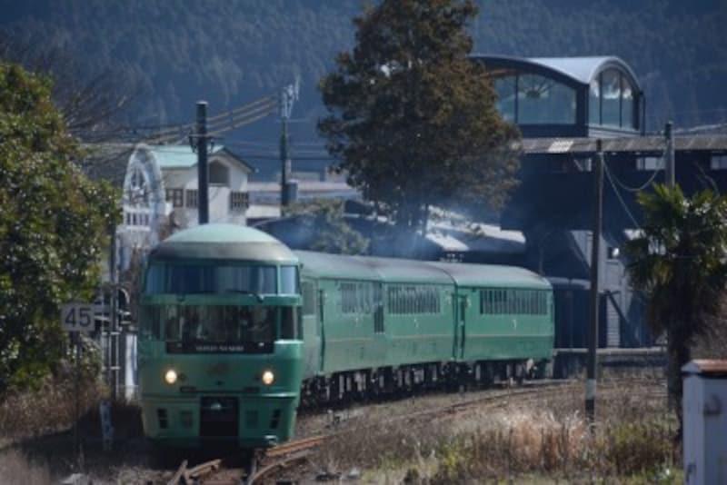 由布院駅を発車する「ゆふいんの森」